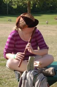 La fille avec une flute et un chapeau